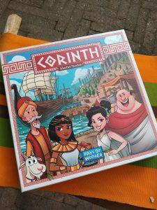 Corinth is een dobbelspel waarin de startspeler steeds een voordeel heeft.  Roll & write